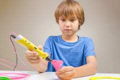 Ребенок используя ручку печатания 3D Творческий, технология, отдых, концепция образования Стоковая Фотография RF
