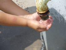 ребенок испытывающий жажду Стоковое Фото