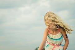 Ребенок и волосы в ветре стоковые изображения rf