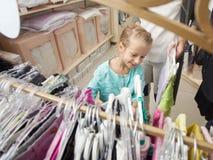 Ребенок и женщина в магазине ` s детей Стоковая Фотография RF