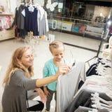 Ребенок и женщина в магазине ` s детей Стоковое Фото