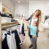 Ребенок и женщина в магазине ` s детей Стоковое фото RF