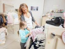 Ребенок и женщина в магазине ` s детей Стоковые Изображения RF