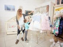 Ребенок и женщина в магазине ` s детей Стоковые Фото