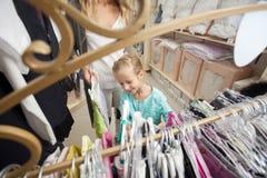 Ребенок и женщина в магазине ` s детей Стоковая Фотография