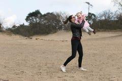 Ребенок и женщина играя в песке Стоковые Фото