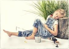 Ребенок или маленькая девочка принимая ворсину или спать пока удящ стоковые изображения