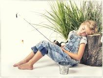 Ребенок или маленькая девочка при ее собака принимая ворсину или спать пока Стоковое Изображение RF