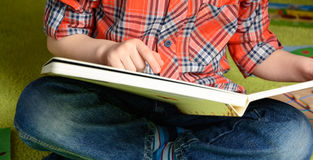 Ребенок и книга Стоковые Изображения RF