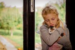 Ребенок и кот стоковые изображения