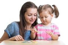 Ребенок и мать играя вместе с игрушкой головоломки Стоковое Изображение