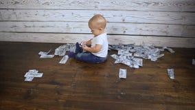 Ребенок и много деньги на hd пола сток-видео