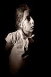 ребенок камеры смотря с детенышей стоковые фото