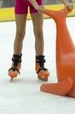Ребенок катаясь на коньках с помощью Стоковые Изображения