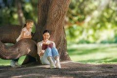 ребенок книги ее мама читая к Стоковая Фотография