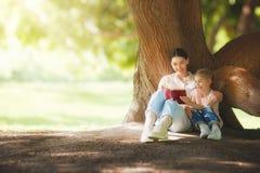 ребенок книги ее мама читая к Стоковые Изображения RF