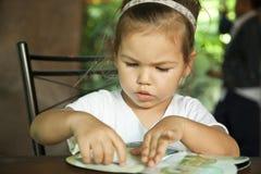 ребенок книги читает Стоковое Фото
