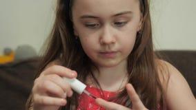 Ребенок красит ногти видеоматериал
