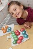Ребенок крася пасхальные яйца Стоковое Изображение