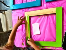 Ребенок крася рамку Стоковая Фотография RF