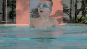 Ребенок купая в открытом бассейне Он подныривание и приходить к поверхности видеоматериал