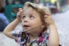 Ребенок кладет дальше талисман Стоковая Фотография