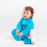 Ребенок кладет голубые брюки дальше стоковые изображения