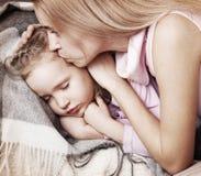Ребенок лба родителя касающий Стоковые Фотографии RF