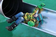 Ребенок лежа на скольжении Стоковое Изображение