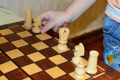 Ребенок 5 лет старого играя шахмат Стоковое Фото