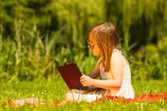 Ребенок маленькой девочки на пикнике детеныши женщины лета гор отдыха Стоковая Фотография RF