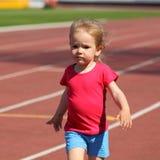 Ребенок маленькой девочки на стадионе стоковая фотография rf
