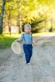 Ребенок малыша outdoors Сельская сцена с одним годовалым ребёнком с соломенной шляпой Стоковые Изображения