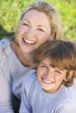 Ребенок мальчика женщины сына матери сидя снаружи в солнечности стоковые фотографии rf