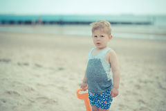 Ребенок мальчика стоя с влажной рубашкой на пляже Стоковое Изображение RF