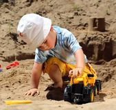 ребенок меньшяя игра Стоковые Изображения