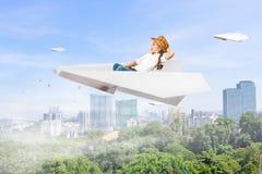 Ребенок мечтая для того чтобы быть пилотом Мультимедиа Стоковая Фотография RF