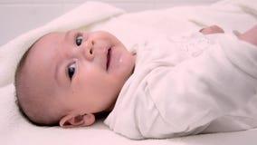 Ребенок милых месяцев tre старый одетый в белом костюме тела сток-видео