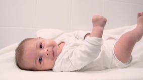 Ребенок милых месяцев tre старый одетый в белом костюме тела видеоматериал