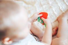 Ребенок младенца лежа на животе weared пеленка с teether стоковые фото