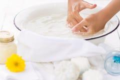 Ребенок моет его руки в белом шаре Стоковые Изображения RF