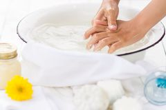 Ребенок моет его руки в белом шаре Стоковая Фотография