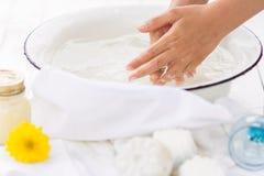Ребенок моет его руки в белом шаре Стоковое Изображение