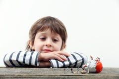Ребенок наблюдая, как миниатюрные люди сломали яичко стоковое изображение rf