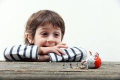 Ребенок наблюдая, как миниатюрные люди сломали яичко стоковые фотографии rf