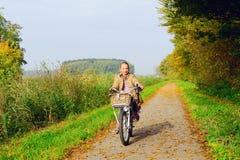Ребенок наслаждаясь природой на велосипеде Стоковое Изображение