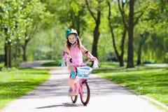 Ребенок на велосипеде Велосипед езды детей Задействовать девушки Стоковая Фотография RF