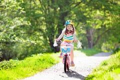 Ребенок на велосипеде Велосипед езды детей Задействовать девушки Стоковое Фото
