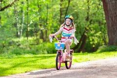 Ребенок на велосипеде Велосипед езды детей Задействовать девушки Стоковое Изображение RF