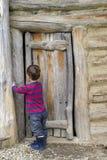Ребенок на двери амбара Стоковое фото RF